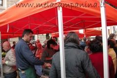 clienti in coda per l'acquisto delle mele campanine